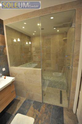 Dampfbad mit Sitzbank und großer Dusche