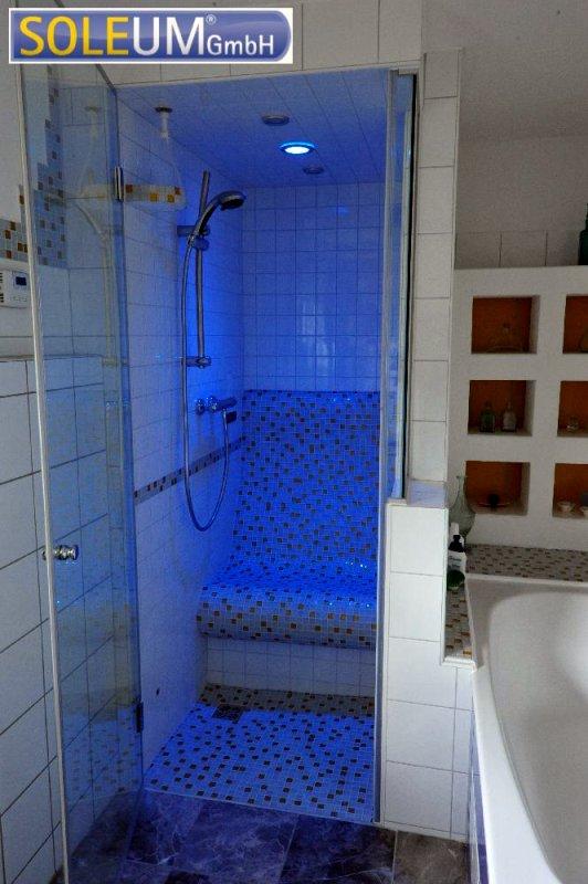 Dusche mit Duschsitz und Farblicht