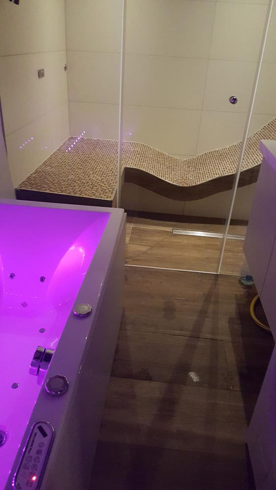 kleines Badezimmer mit Dampfbad