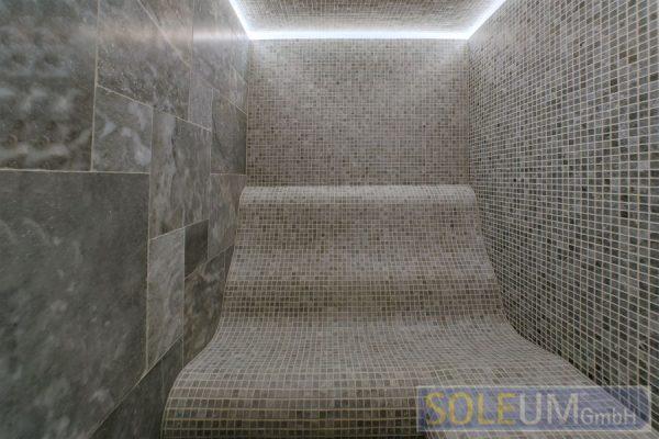 gefliester Duschsitz mit Liegekomfort