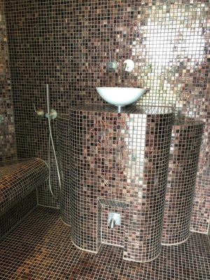 Dampfbrunnen mit Waschbecken im Dampfbad