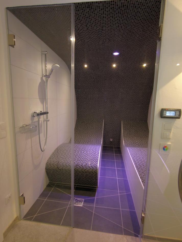 Dampfbad mit Liegen und Duschbereich